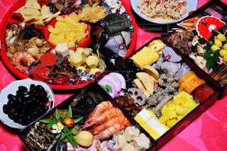 テーブルの上に食べ物の種類でいっぱいのボックス - No.954909
