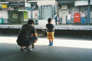 通りをスケート ボードに乗って少年 - No.967020
