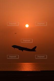 水の体の上に飛んでいる飛行機 - No.984512