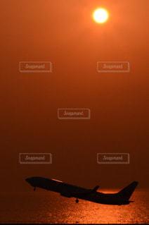 空を飛んでいる飛行機の写真・画像素材[984520]