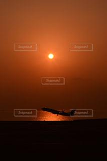 水の体の上に飛んでいる飛行機の写真・画像素材[984521]
