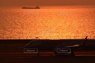 日没で駐機場に座っている面の写真・画像素材[984523]
