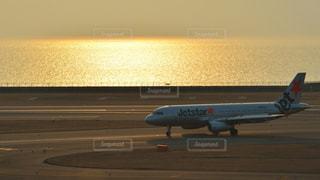 滑走路に大きい飛行機の写真・画像素材[984524]