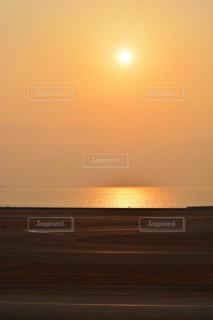 ビーチに沈む夕日の写真・画像素材[984526]