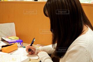 テーブルに座っている女性の写真・画像素材[984545]