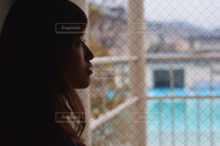カメラを探している女性の写真・画像素材[995255]