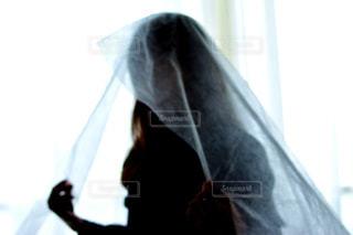 暗い部屋に立っている男の写真・画像素材[995266]
