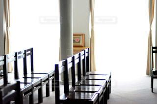 部屋の家具やウィンドウでいっぱいの写真・画像素材[995275]
