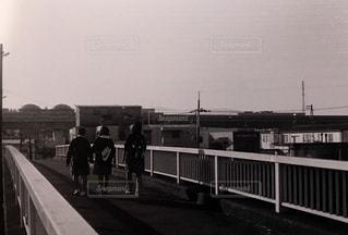 橋の上を歩く人々 のグループの写真・画像素材[995277]