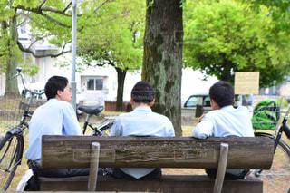 木製のベンチに座っている男 - No.995288