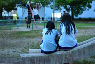 公園のベンチに座っている女性の写真・画像素材[995289]