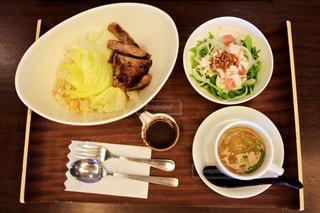 テーブルの上に食べ物のプレートの写真・画像素材[995294]