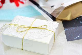 屋内,プレゼント,テーブル,机,箱,リボン,可愛い,誕生日,記念日,デコ,テーブルフォト,紙,金,りぼん,ボックス