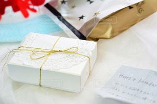 屋内,プレゼント,テーブル,机,箱,リボン,可愛い,誕生日,記念日,デコ,テーブルフォト,作品,紙,金,りぼん,ボックス