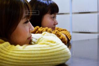 いくつかの料理を食べている女の子の写真・画像素材[1008867]