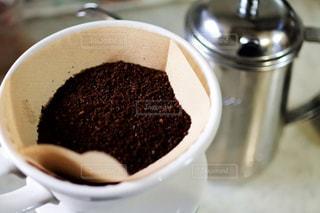 近くにコーヒー カップのアップの写真・画像素材[1008872]