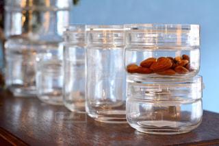 テーブルの上に水のガラス - No.1009463