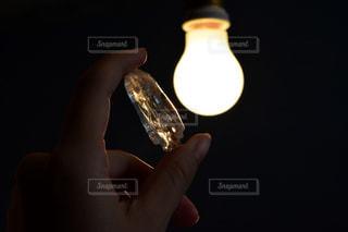 インテリア,マイホーム,手,暗い,レトロ,電気,ランプ,人物,人,水晶,クリスタル,持株
