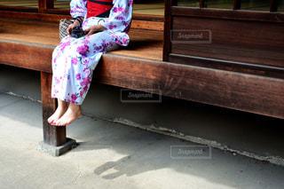 ベンチに座っている少女 - No.1009490