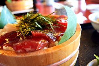 近くにプレートの上に食べ物のボウルのアップの写真・画像素材[1019757]