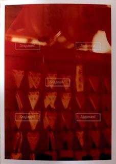 近くに赤い光のアップの写真・画像素材[1019766]