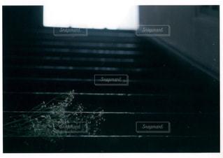 暗い部屋で人の写真・画像素材[1022134]