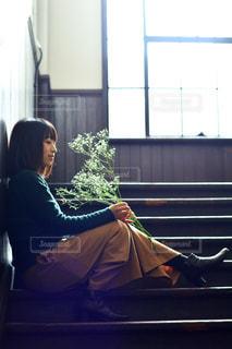 窓の前でベンチに座っている人 - No.1022141