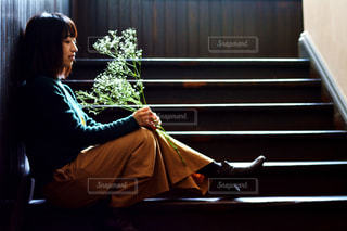 窓の前に座っている人の写真・画像素材[1022147]