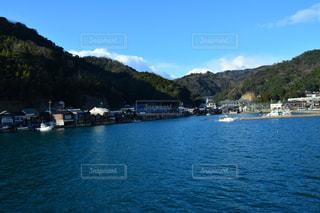 背景の山と水の大きな体の写真・画像素材[1022223]