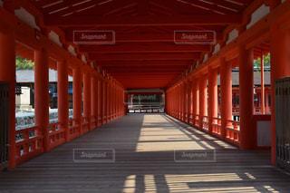 背景の赤い橋の写真・画像素材[1022542]