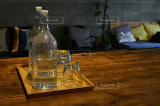 テーブル ワインのグラスの写真・画像素材[1023744]
