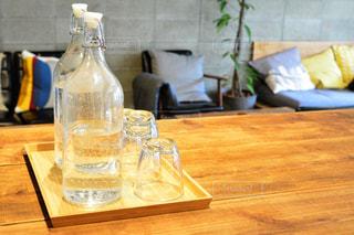 木製テーブルの上のビールのグラスの写真・画像素材[1023746]