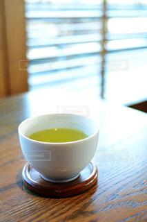 テーブルの上のコーヒー カップの写真・画像素材[1023747]