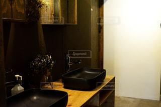 バスルームにはシンクと暗い部屋でミラー - No.1023748