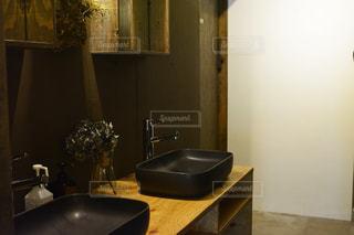 洗面台と鏡付きのバスルームの写真・画像素材[1023749]