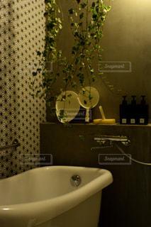 洗面台と鏡付きのバスルームの写真・画像素材[1023754]