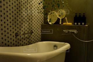 シンクの隣に座っている白い浴槽付きのバスルームの写真・画像素材[1023755]