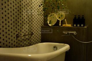 洗面台と鏡付きのバスルーム - No.1023756