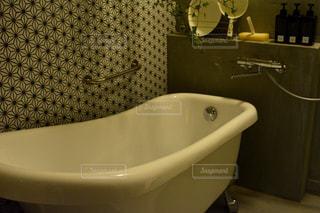 シンクの隣に座っている白い浴槽付きのバスルームの写真・画像素材[1023757]