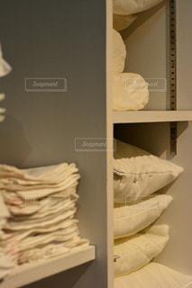 寝室ベッドと鏡の写真・画像素材[1023760]