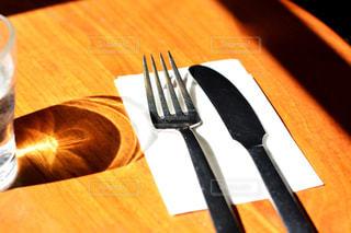 木製のテーブル ナイフとフォーク プレート - No.1023762
