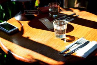 木製のテーブルの上に座ってピザの写真・画像素材[1023767]