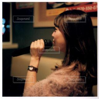 カメラにポーズ鏡の前に立っている人 - No.1023772