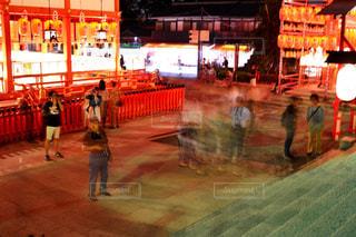 夜の店の前の写真・画像素材[1024317]