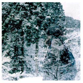 雪の上に乗って男覆われた斜面 - No.1024352