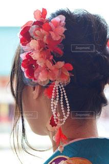 花を持っている人の写真・画像素材[1029078]