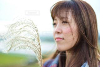 近くの女性のアップの写真・画像素材[1030407]