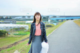 道を歩いている女性の写真・画像素材[1032128]