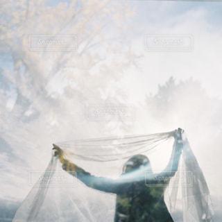 空気を通って飛んで男の写真・画像素材[1033689]
