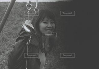 黒傘を保持している女性の写真・画像素材[1033693]